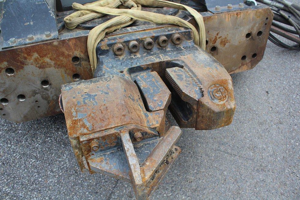 Tři a půl tuny váží vysokofrekvenční beranidlo, které do stavu zaráží ocelové štětovnice.