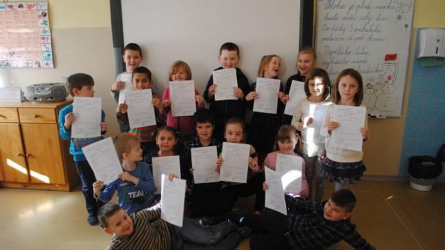 Své první školní vysvědčení už mají i prvňáci z krumlovské ZŠ Linecká