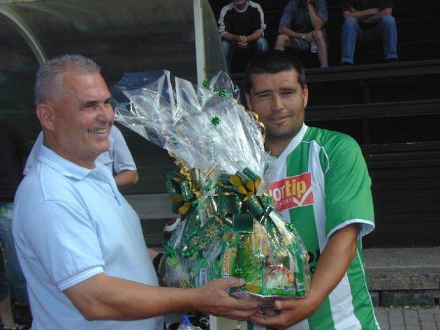 Trenér L. Pintér převzal před zápasem od asistenta Z. Švába koš k nedělním 50. narozeninám.
