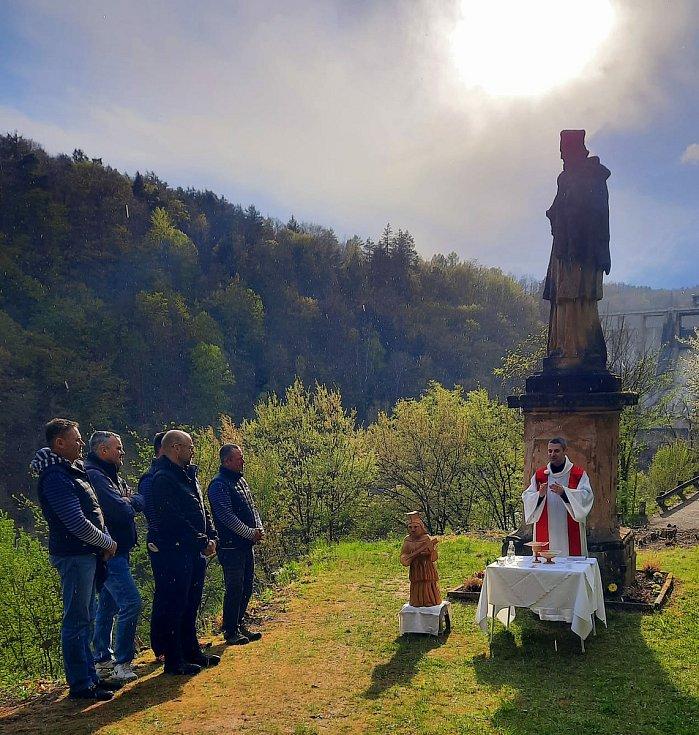 Po stopách vltavských plavců 2021, den třetí: Slapy a žehnání soše sv. Jana Nepomuckého.