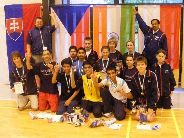 Společná fotografie mladých badmintonistů z Českého Krumlova a jejich přátel z Indie bude trvalou upomínkou na letošní vzájemná měření sil.