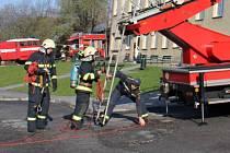 Hasiči cvičili likvidaci požáru ve škole a evakuaci žáků.
