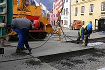 V pondělí nakládali technici panely, které chránily historickou dlažbu. Už nejsou potřeba. Alespoň ne v Kájovské ulici.