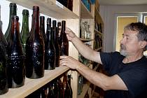 Staré pivní láhve shání František Jurčík z Českého Krumlova na trzích, burzách nebo v internetových aukcích. Rozšiřovat sbírku mu pomáhají i známí.