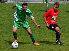 K nejvyšší výhře druhého kola přeboru táhl vyšebrodské Dynamo kapitán Lukáš Rapčan (u míče před Janem Ševčíkem), který v Nové Vsi poslal do domácí sítě dva zásahy.