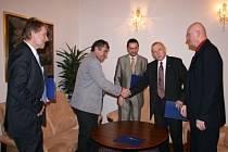 Signatáři prohlášení po podpisu: Tomáš Jirsa, Jaroslav Klein, Juraj Thoma, Jan Zahradník a Luboš Jedlička (zleva).