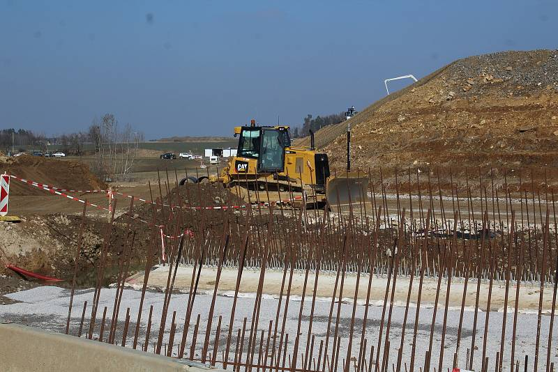 Stavba dálnice v úseku u Dolního Třebonína mezi Dolní a Prostřední Svincí.