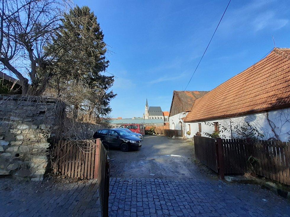 Cesta od zámecké zahrady na Plešivecké náměstí.