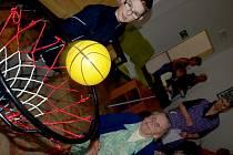 S organizací sportovních her pomáhali zaměstnacům domova důchodců i děti z hornoplánské školy.