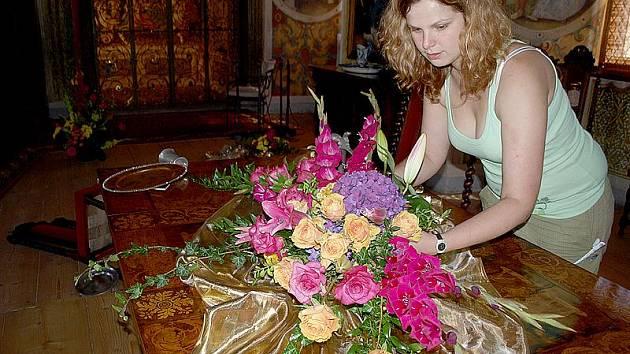 Odvážné aranžmá v Rytířském sále rožmberského hradu bylo pro floristku Kateřinu Pojslovou (na snímku) výzvou.