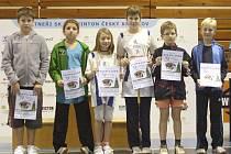 Nejmenší badmintonisté domácího SKB (zleva Martin Soběslavský, Gabriela Klampflová, Julia Hejnová, Eva Cibulková, Aleš Novotný a Kristián Filip) sbírali cenné zkušenosti.