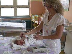 Sestřička v českokrumlovské nemocnici vyšetřuje sluch novorozence.