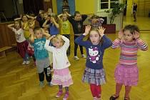 Děti z Pětilístku při nácviku.