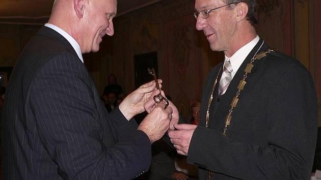 Luboš Jedlička symbolicky předal právě zvolenému starostovi Daliboru Cardovi klíč od města.