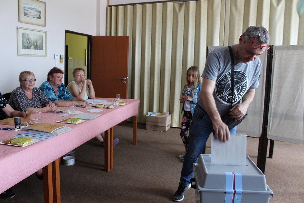 Volby v Dolním Třeboníně na obecním úřadě.