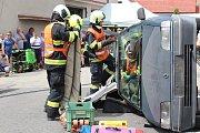 Krumlovští profesionální hasiči předvedli na oslavě ukázku vyprošťování osob z auta.