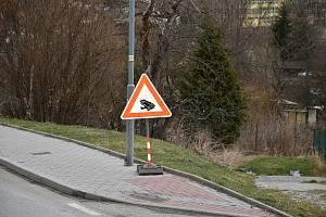 Dopravní značky Pozor, žáby! ve Větřní už neuvidíte, někdo je ukradl.