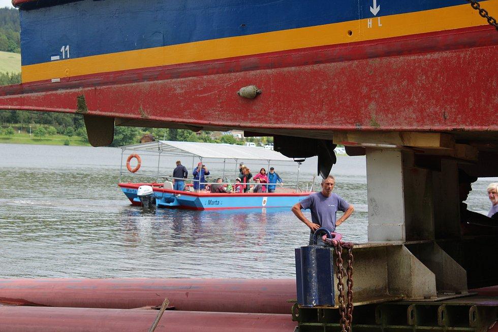 Parník spustili na vodu na Frýdavě, navečer odplul do lipenského přístavu.