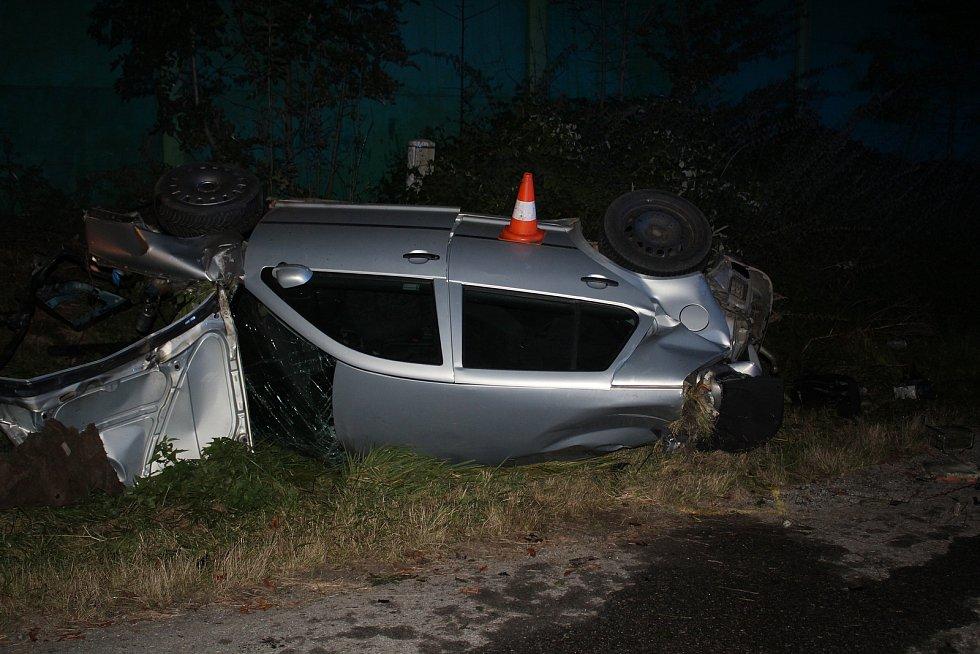 Srážka auta s vlakem u Holkova. Kolem 20 hodin nastala příprava k odvezení havarovaného automobilu odtahovou službou.