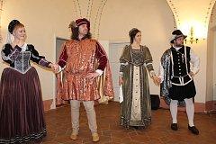 Ukázky dávných renesančních tanců absolventů letní školy v krumlovských klášterech.