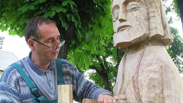 Dřevěné sochy by měly být po dokončení umístěny buď u řeky nebo v městském parku či klášteře.