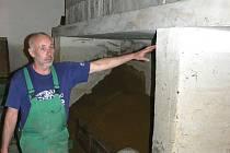 TAKHLE VYSOKO... Jaroslav Míšek ukazuje, jak vysoko se voda v technickém zázemí plaveckého bazénu vyšplhala.