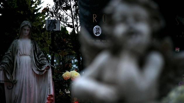 Otevírací doba hřbitova a pětikoruna na záchodky. I to řeší v Budějovicích