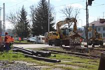 Takto vypadala dnes dopoledne situace na uzavřeném železničním přejezdu v Kaplici Nádraží.