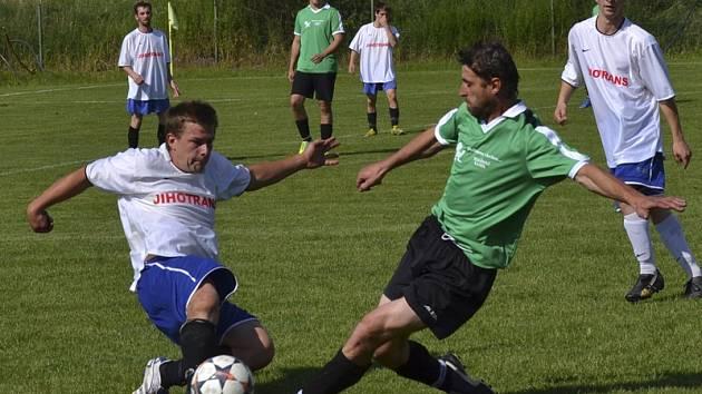 OSM - 16. kolo: Křemže B - Benešov 0:0 (zleva v souboji domácí Michal Kořínek a hostující František Šedivý).