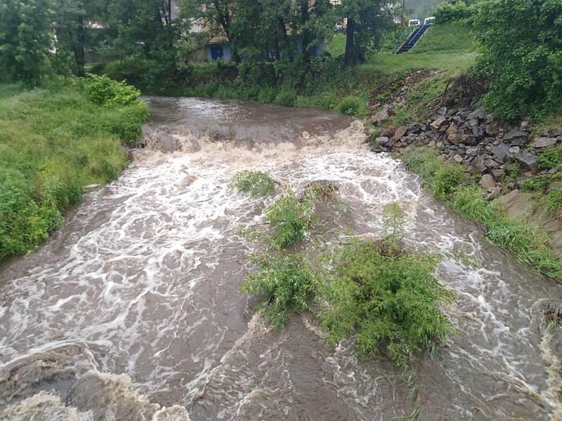 Rozvodněná řeka Polečnice na Českokrumlovsku v červnu 2020.