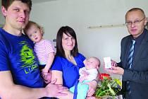 Rodina Rychnavských. Stanislav Rychnavský s dcerou Anežkou a Jiřina Koubová s Matějem dostávají dárek od starosty Josef Klímy.