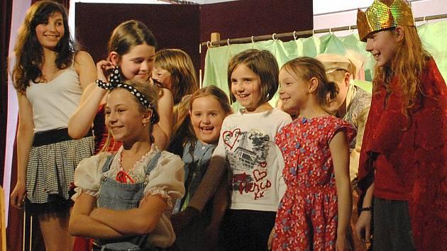 Pohádku o drakovi zahráli mladší žáci hereckého oddělení krumlovské ZUŠ.