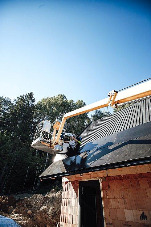 Český soběstačný dům vyrostl u Kyselova na Vyšebrodsku, asi 400 metrů od lipenského skiareálu. Instalace fotovoltaických panelů.