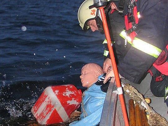 Takto to vypadá, když krumlovští hasiči vytahují osobu z vody.