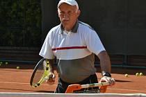 """TRENÉR. """"Jsem bubák, ale hodný trenér ještě neznamená dobrý trenér. Dosud mými metodami nebyl nikdo ze svěřenců psychicky nijak postižen,"""" s úsměvem říká Jiří Medonos."""