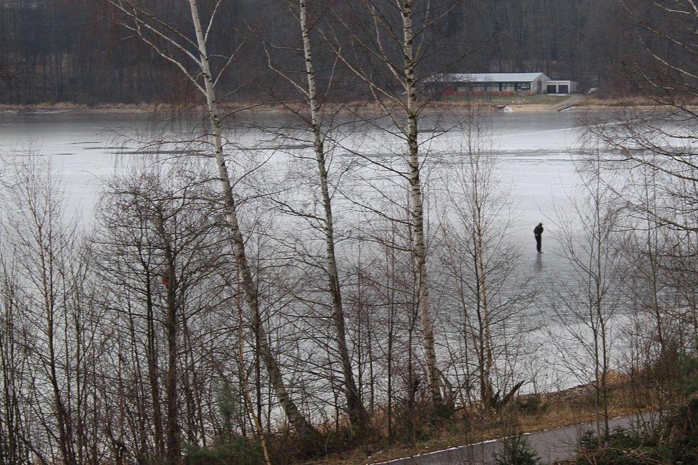 Led na Lipně ještě rozhodně není dost silný na to, aby se po něm pohybovali lidé. I přesto se po něm v pátek proháněli bruslaři.