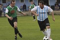 Obávaný frymburský exekutor trestných kopů Jan Salzer (u míče) při derby v Kaplici otevřel skóre už v 5. minutě a ve druhé půli pečetil zaslouženou výhru hostů čtvrtou brankou.