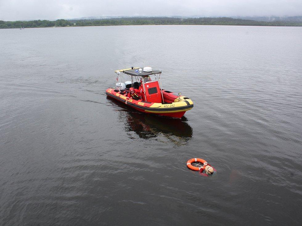Na parníku Adalbert Stifter nacvičovala posádka první pomoc a záchranu pasažéra z vody.