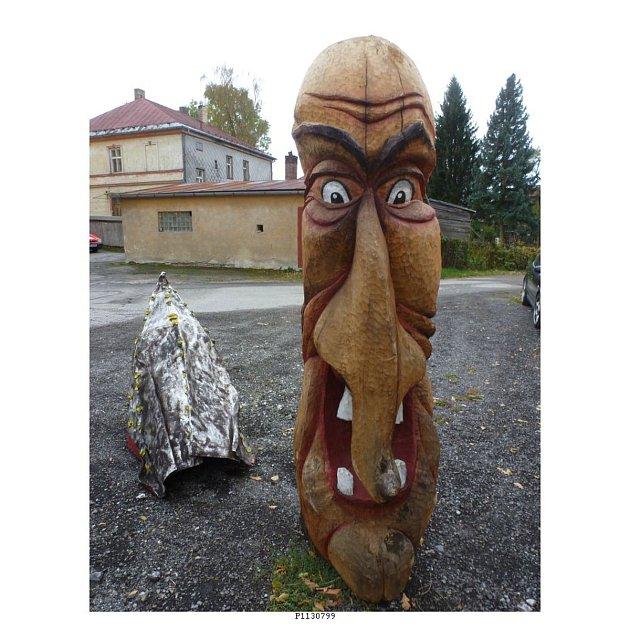 Hůrka – Několik dřevěných soch postupně během léta zmizelo od jedné z restaurací v Hůrce. Hornoplánští policisté ale už pravděpodobně znají pachatele. Tři sady dřevěných restauračních kompletů byly pryč jako první 10. srpna. Byly vyrobeny  ze smrkového a