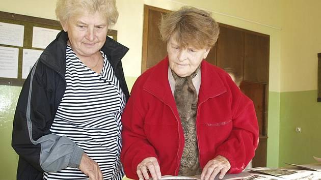 Zdeňka Kulandová (vlevo) potkala svoji někdejší spolužačku Miluši Holubovou v sobotu v besednické škole po pětačtyřiceti letech.