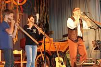Martin Žák v Loučovicích seznamuje děti s netradičními a prastarými hudebními nástroji.