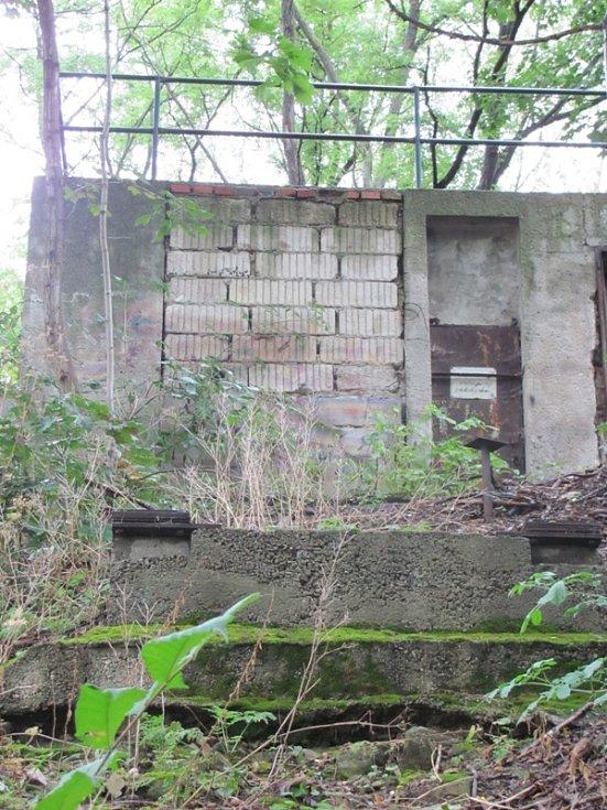 V těsném sousedství chodníku ze Špičáku na krumlovský Vyšehrad stával kdysi pojízdný eskalátor.