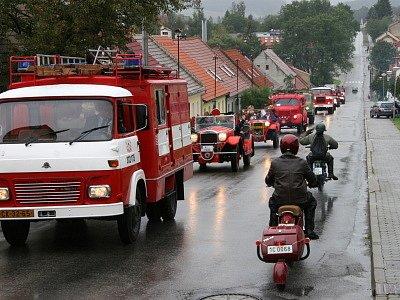 Kolona hasičských vozidel sklidila v sobotu ve Velešíně veliký úspěch.