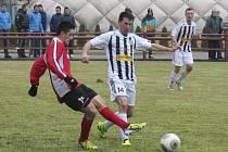 V jarních zápasech fotbalisté kaplického Spartaku zabodovali pouze ve druhém dějství odvet doma výhrou 3:1 nad Prachaticemi (na snímku vlevo hostující Roman Žurek rozehrává před napadajícím Františkem Koubou).