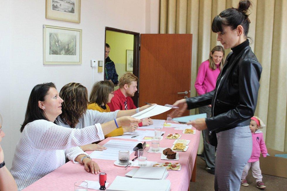 V Dolním Třeboníně na Českokrumlovsku rády doprovázejí rodiče volit na radnici děti.