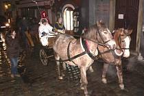 Mikuláš s čertem se na náměstí vezli v kočáře. Mimochodem na Lazebnickém mostě to pořádně klouzalo, a to i koním.