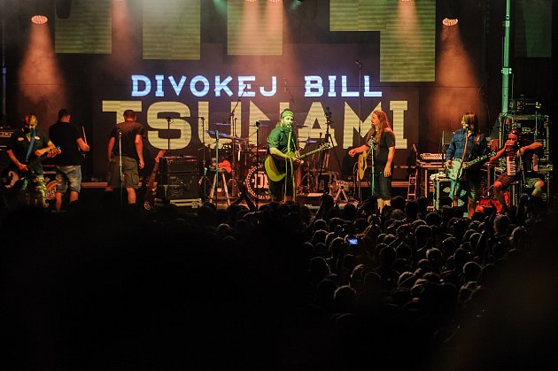 Při koncertu kapely Divokej Bill a předkapely Poletíme? bylo na letním parketuv Holkově narváno.