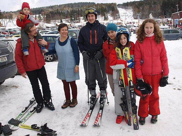 Sobotní lyžovačku v lipenského skiareálu si manželé Hesounovi i se svými dětmi, z nichž nejmladší je tříletá Rozárka, náležitě užili.