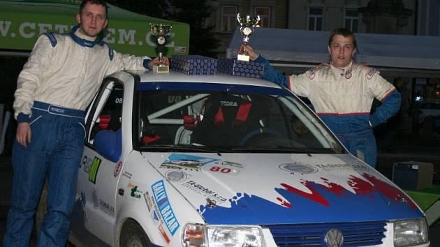 Přestože Pavel Korčák s Milanem Jirkou (na snímku zprava po dojezdu do cíle) byli na trati rychlejší než jejich soupeři, o prvenství ve třídě N/1400 je připravila smolná penalizace.