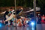 V pivovarské zahradě návštěvníci viděli tanečně-akrobatické představení Vzduchem na motivy knihy Richarda Bacha Jonathan Livingston Racek.
